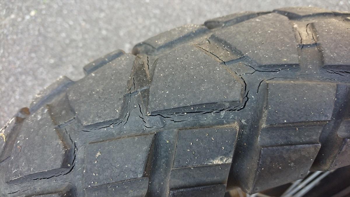 バイクのタイヤのひび割れ