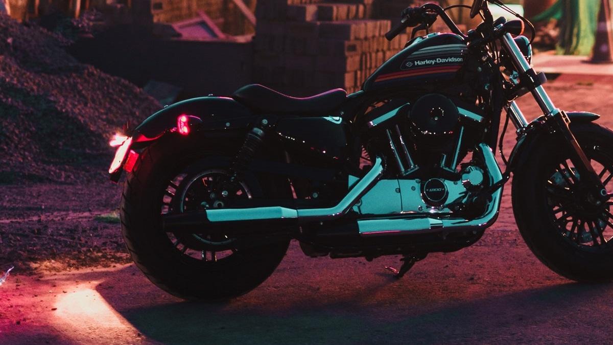 バイクのナンバー灯の保安基準!車検に通る色や明るさは?