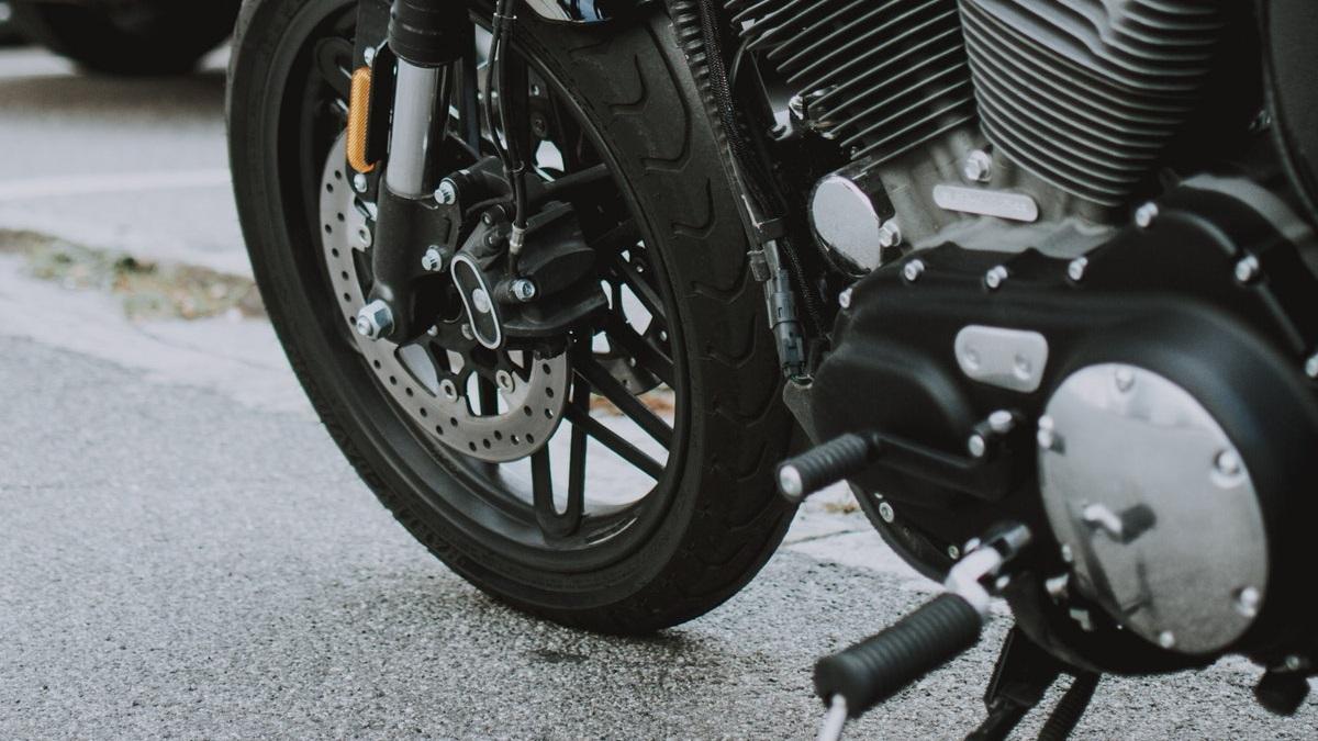 バイクのクラッチが滑るとは?症状や原因、修理費用を解説