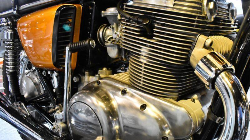 キックスタートでエンジンを掛ける方法